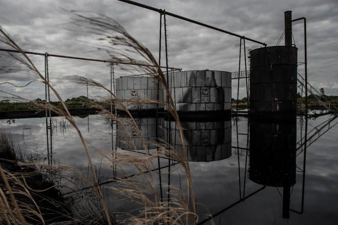 Tanques abandonados da petrolífera venezuelana PDVSA, em El Tigre, no Norte da Venezuela | New York Times