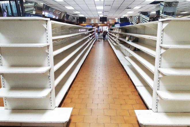 Gôndolas vazias de supermercados: os venezuelanos sofrem com a escassez | JUAN BARRETO/AFP