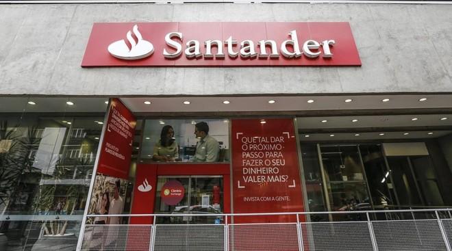 O banco Santander está recrutando recém-formados de qualquer área de formação com salário de R$ 6,3 mil. | Jonathan Campos/Gazeta do Povo/