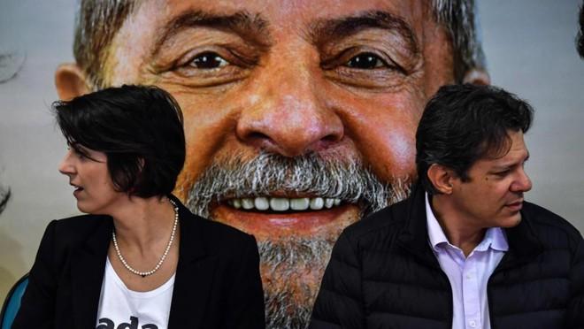 Manuela D'Ávila (PCdoB), que se declara vice na chapa Lula/Haddad, e Fernando Haddad (PT):lei eleitoral obriga inclusão do ex-presidente nas pesquisas enquanto o TSE não barrar sua candidatura. | NELSON ALMEIDA/AFP