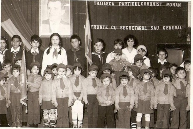 Milhares de crianças foram criadas em instituições estatais na Romênia comunista comandada com mão de ferro porCeausescu | Reprodução