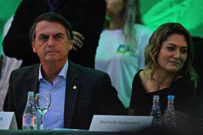 O deputado federal Jair Bolsonaro é acompanhado por sua esposa Michelle Bolsonaro durante o lançamento de sua campanha para a presidência do Brasil | CARL DE SOUZA/AFP