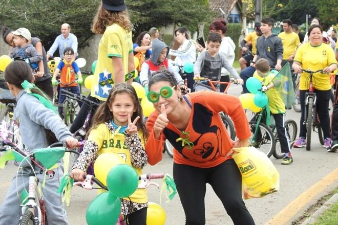 Passeio ciclistico com alunos e comunidade celebrou com sucesso a prática da professora |