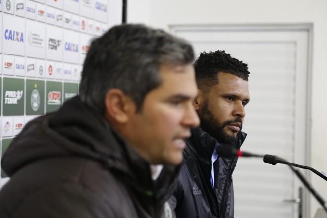 O diretor de futebol, Augusto de Oliveira, e o gerente de futebol, Pereira,durante o anúncio.   Marcelo Andrade/Gazeta do Povo