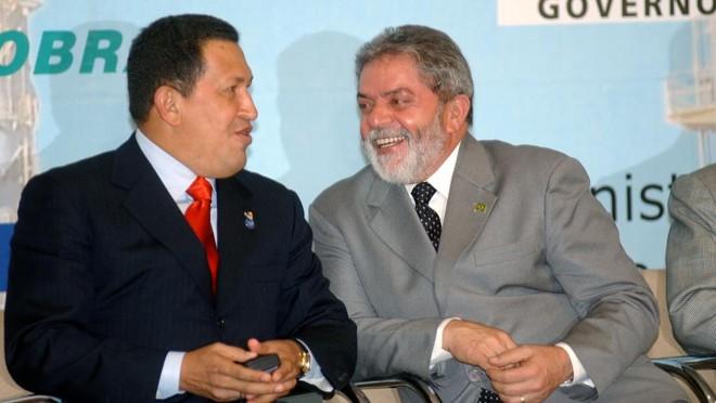 Os ex-presidentes Hugo Chávez e Lula:empréstimos feitos pelo BNDESampliaram presença brasileira em países aliados dos governos petistas. | /Agência Brasil
