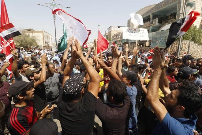 Iraquianos protestam contra falta de energia, desemprego, falta de água limpa e má adminstração por parte do governo | HAIDAR MOHAMMED ALI/AFP