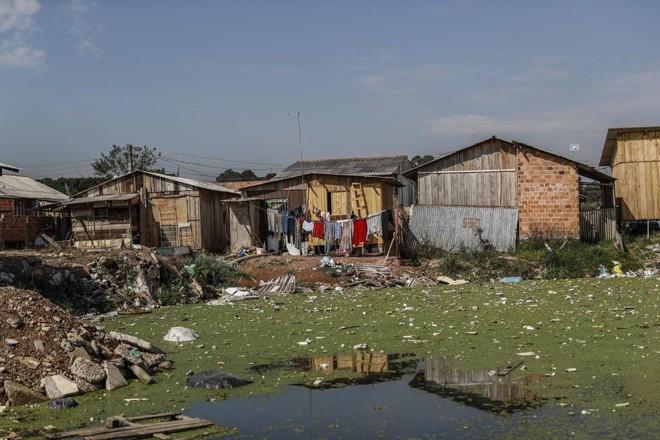 Região da Vila 29 de Outubro, na Caximba, está na mira da prefeitura para realocação de moradores. | Jonathan Campos/Gazeta do Povo
