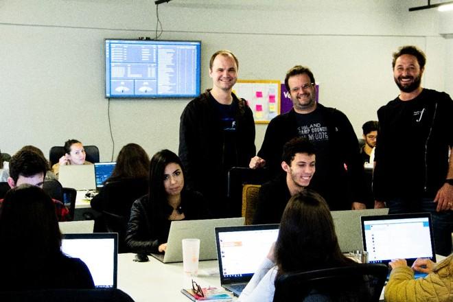 Ricardo Steinmacher, Ilan Kriger e Bernardo Buschle (esq. para dir.) da Social Wave: inglês para apresentar a startup para grupos de investidores estrangeiros. | Divulgação