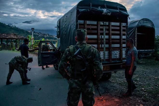 Soldados colombianos fazem blitz em Ituango, uma cidade que está no meio da disputa entre ex-guerrilheiros, paramilitares e narcotraficantes | Nicolas Bedoya/Bloomberg