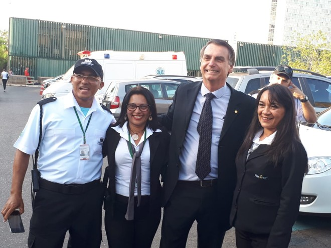 De volta ao Congresso, o presidenciável Jair Bolsonaro parou para fazer fotos com simpatizantes . | Evandro Éboli/Gazeta do Povo