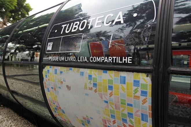 O projeto Tuboteca foi criado em 2013 para emprestar livros à população nas estações-tubo.   Antônio More/Gazeta do Povo