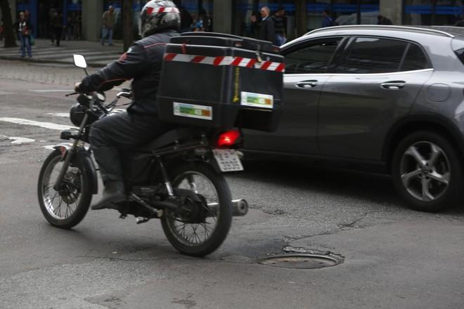 Bueiros desnivelados formam verdadeiras crateras no meio do asfalto desafiando motoristas e motociclistas. | Aniele Nascimento/Gazeta do Povo