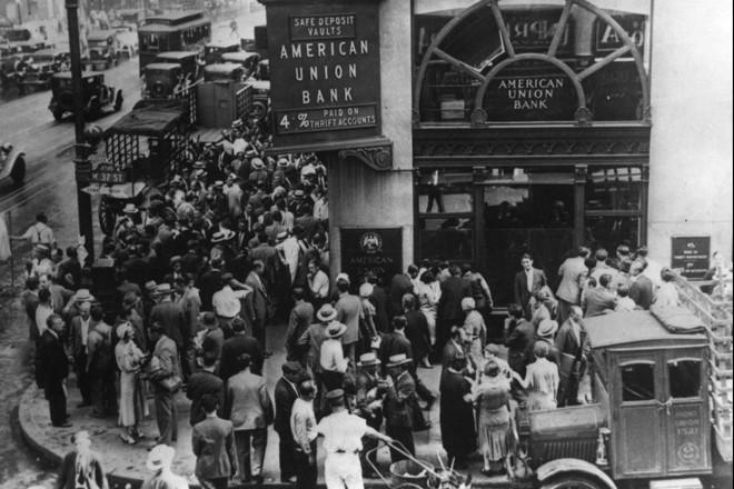 Pessoas correm às agências do American Union Bank, em 1931, um dos muitos bancos que faliram durante a Grande Depressão | US Social Security/Arquivo