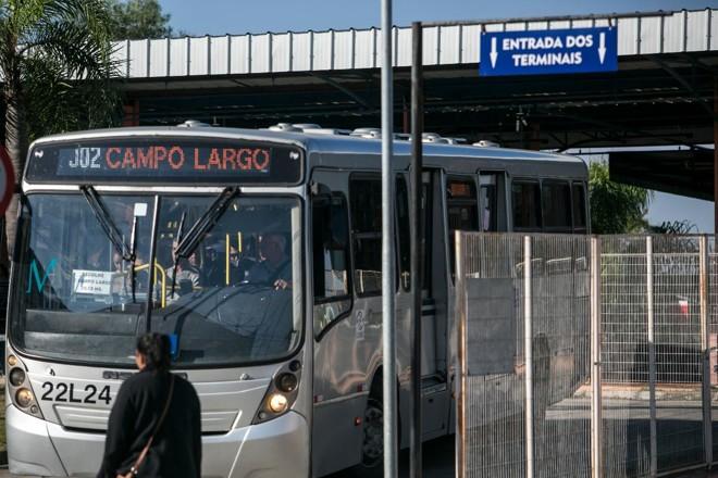 Em frente ao terminal de Campo Largo, alunos e funcionários do IFPR se beneficiam do acesso fácil ao sistema de transporte | Marcelo AndradeGazeta do Povo