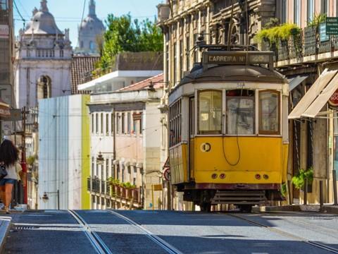 Bondinho circulando em Lisboa, Portugal. Mudanças nas regras de imigração do país facilitam entrada de brasileiros | contratempo/Pixabay