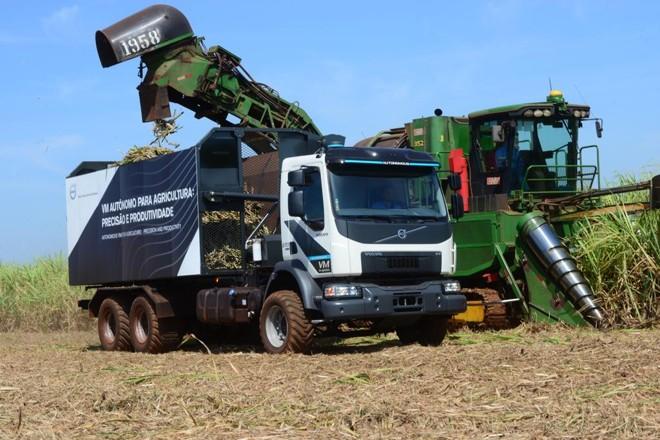 Primeiro caminhão autônomo a ser comercializado no mundo durante a colheita da cana-de-açúcar na Usina Santa Teresinha. | /Volvo