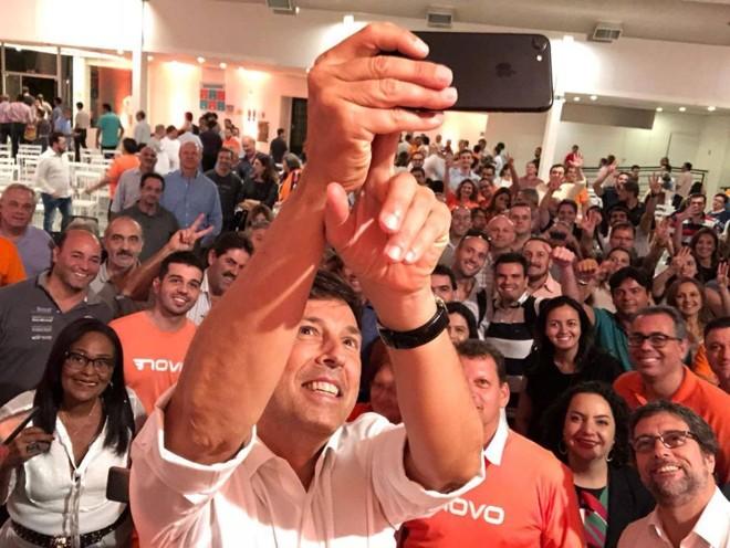 João Amoêdo tira selfie em encontro com filiados e simpatizantes do Novo. | Divulgação/Instagram/João Amoêdo