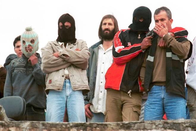 Durante rebelião de detentos da PCE em Piraquara, membros da PCC apontam armas para reféns   Marcio Scatrut/