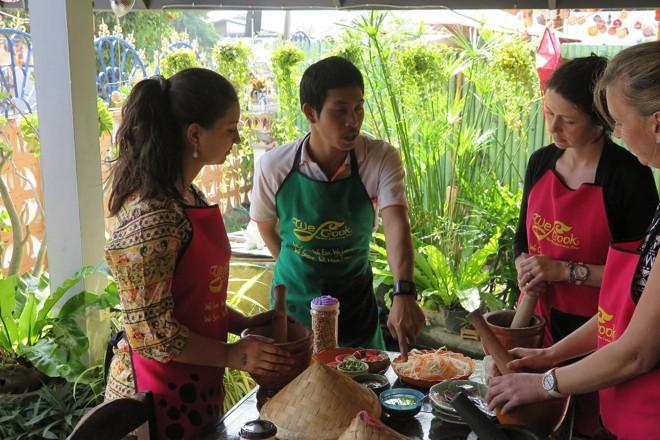 Em inglês, Themys Cabral assistiu a uma aula de culinária tailandesa em Chiang Mai. Depois da aula, ela e o marido foram junto com o professor a uma luta de boxe e eles mantêm contato até hoje. | Arquivo Pessoal