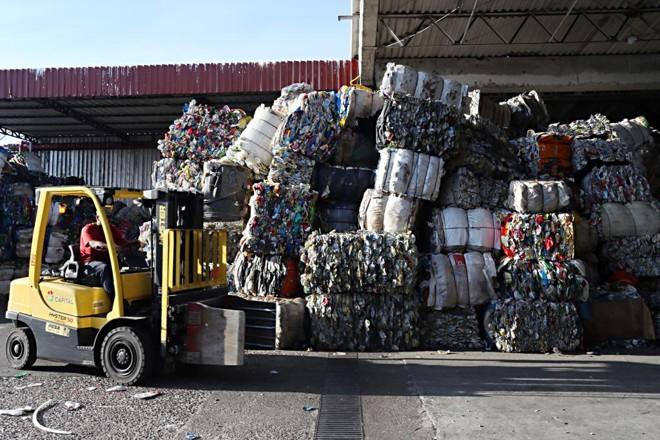Apenas 3% de todo o lixo produzido pelas milhares de indústrias  brasileiras  são tratados adequadamente e reaproveitados. | Albari Rosa/Gazeta do Povo