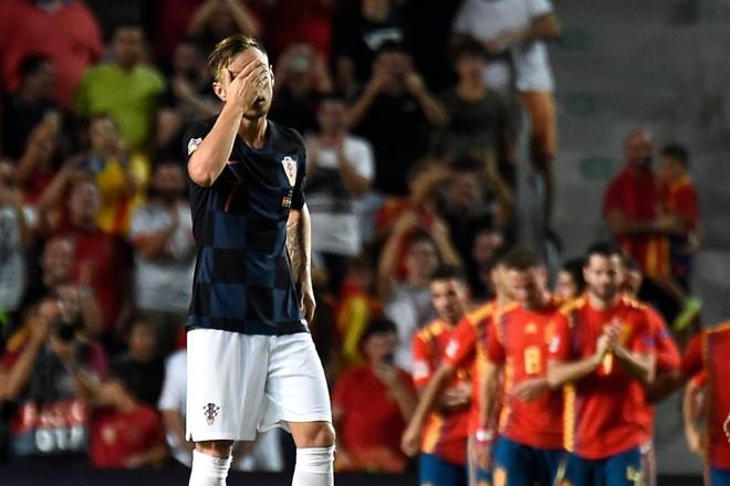 Meia Rakitic lamenta um dos gols da Espanha na goleada sobre a Croácia | JOSE JORDAN/AFP