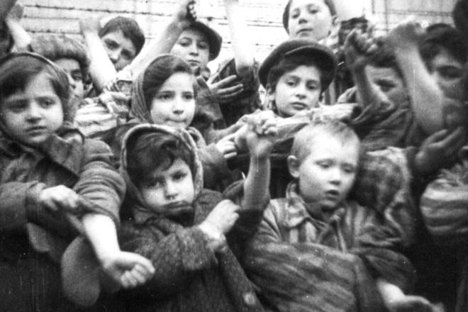 Algumas das 600 crianças que sobreviveram a Auschwitz II-Birkenau mostram seus números de identificação tatuados. Cerca de 7.000 prisioneiros, incluindo mais de 600 crianças e jovens com menos de 18 anos, estavam vivos quando o campo foi libertado. (Foto tirada de um documentário soviético sobre a libertação de Auschwitz em 1945). | POLAND-AUSCHWITZDivulgação