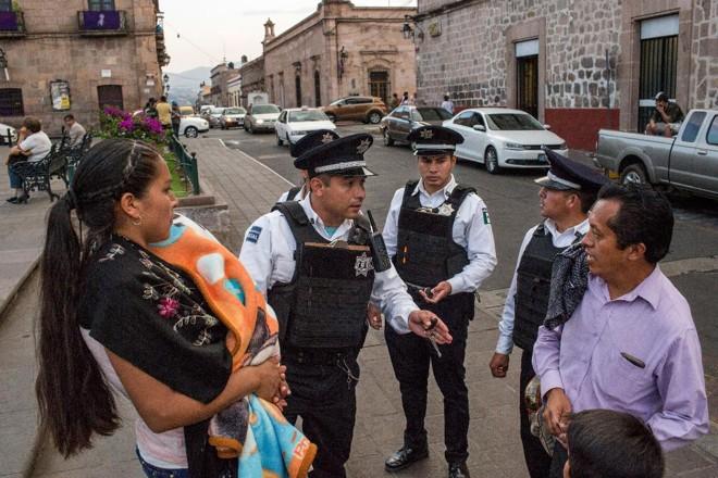 Policiais de Morelia dão orientação a pedestres | BRETT GUNDLOCK/NYT