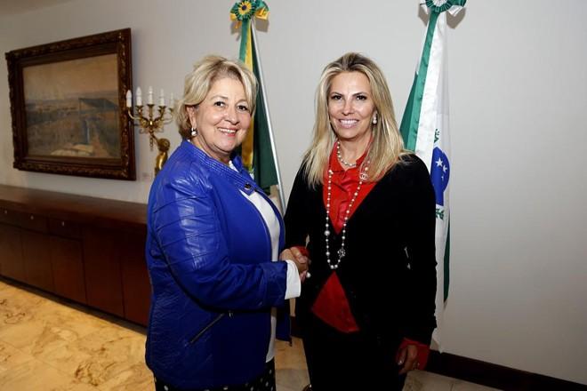 Nádia Oliveira com a governadora Cida Borghetti.   Jonas Oliveira/AEN/ Divulgação
