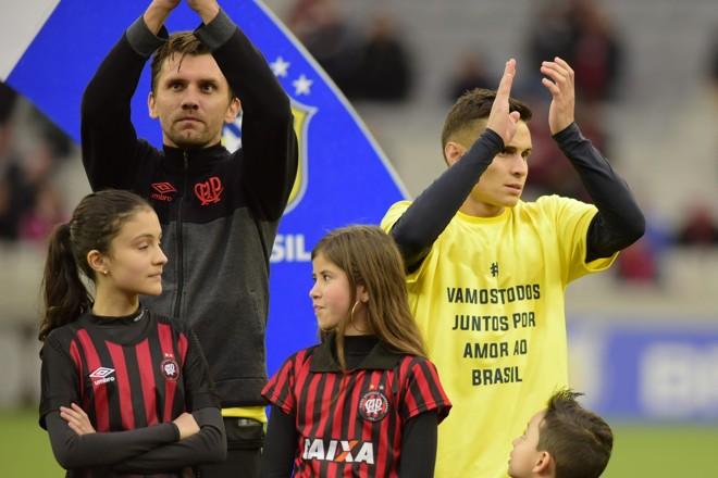 Paulo André (à esqueda) colocou um agasalho sobre a camiseta amarela sugerida pela diretoria do Atlético   /REINALDO REGINATO/FOTOARENA/FOTOARENA/ESTADÃO CONTEÚDO