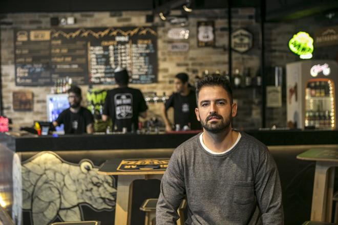Felipe Tezelli , do Big Bear, cansou da estrada e assumiu loja física enquanto seu food  truck roda o Brasil. | Marcelo Andrade/Gazeta do Povo