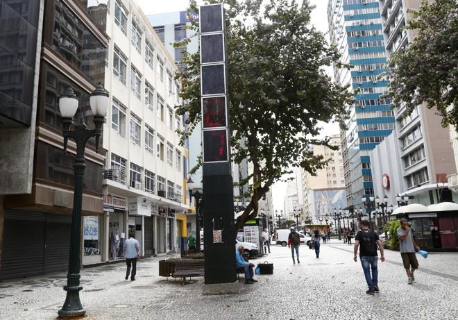 Apesar de mostrar os números em vermelho, relógio da XV está com o horário errado. | Aniele Nascimento/Gazeta do Povo