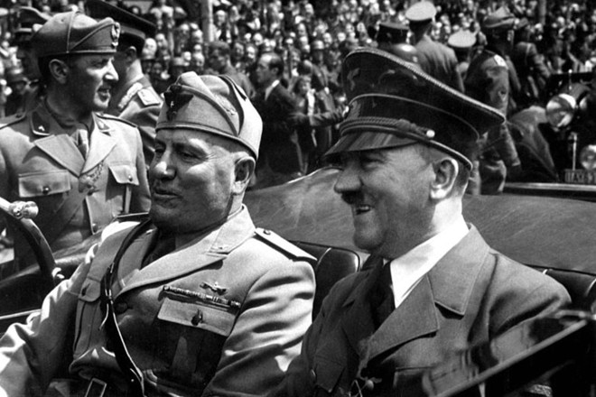 Benito Mussolini e Adolf Hitler em Munique, na Alemanha, em 1940.   By Eva Braun [Public domain]/Via Wikimedia Commons