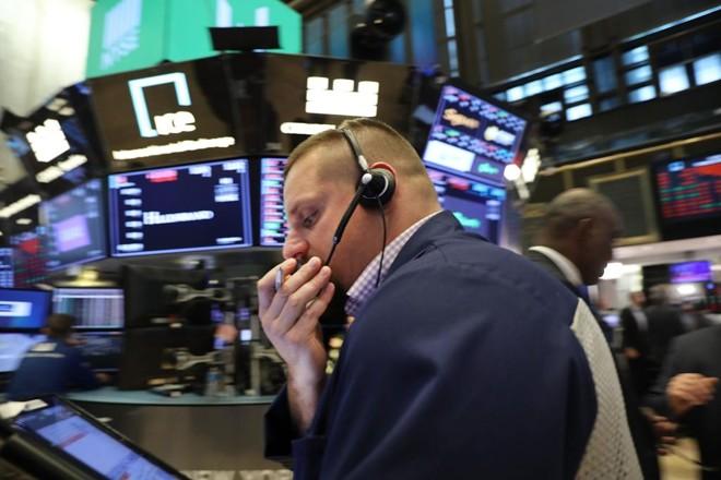 Operadores preocupados na Bolsa de Nova York.Índice Dow Jones caiu com  alta dos juros dos títulos da dívida americana e a liquidação desses papeis. | SPENCER PLATT/AFP