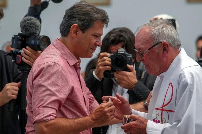 O candidato à Presidência da República pelo PT, Fernando Haddad, participa de missa na paróquia Santos Mártires, no Jardim Ângela, em São Paulo | MIGUEL SCHINCARIOL/AFP