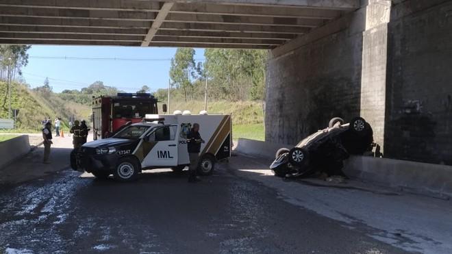 Bombeiros foram acionados, mas motorista já havia morrido na queda do viaduto na Rodovia do Xisto. | Marco Charneski/Tribuna do Paraná