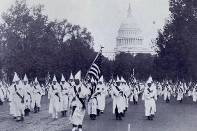 No auge de sua popularidade, mais de 30 mil membros da KKK chegaram a marchar pelas ruas da capital americana. Hoje o grupo se resume a oito mil integrantes   Reprodução