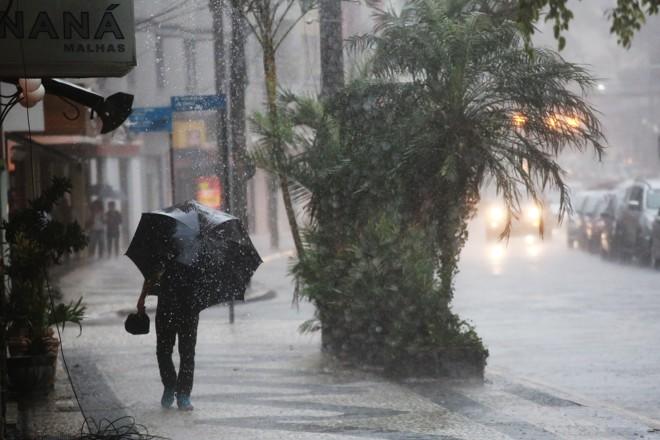 Semana foi de muita chuva para o curitibano. | Felipe Rosa/Tribuna do Paraná