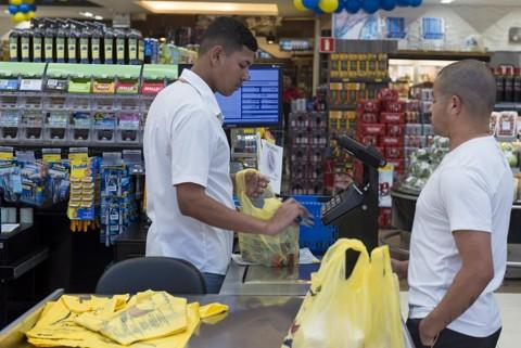 Maior parte das compras com cartões benefício é voltada para alimentos | Henry Milleo/Gazeta do Povo