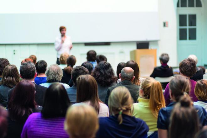 O interesse pela pesquisa, pelo ensino e o intercâmbio de informações atrai muitos profissionais para à universidade. | Bigstock