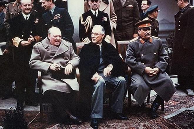 Winston Churchill, Franklin Roosevelt e Josef Stalin na Conferência de Yalta, em 1945 | Wikimedia Commons