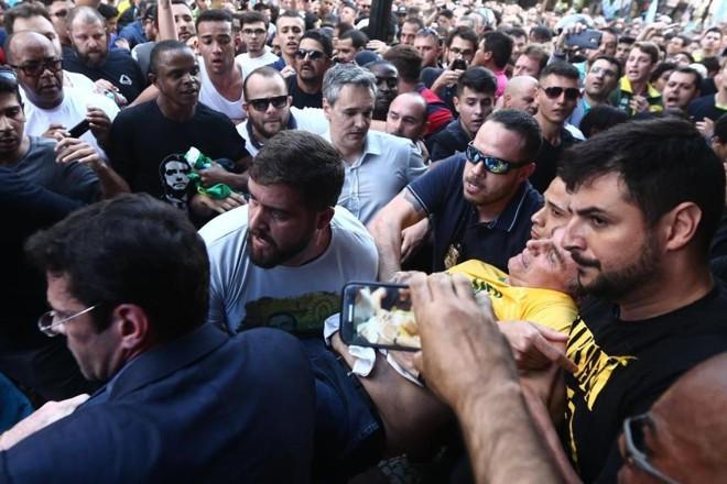 O candidato à presidência Jair Bolsonaro (PSL) foi atingido por uma facada durante um ato de campanha em Juiz de Fora (MG), no último dia 6 de setembro | Fábio Motta/Estadão Conteúdo