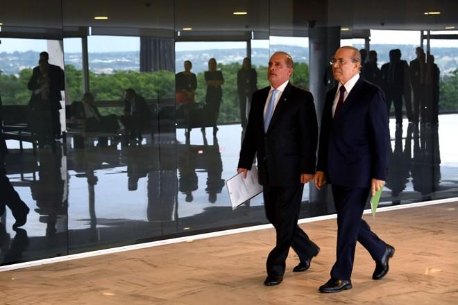 O deputado Onyx Lorenzoni, braço-direito de Bolsonaro, e o ministro da Casa Civil do governo Temer Eliseu Padilha: transição vai começar. | Evaristo Sa/AFP