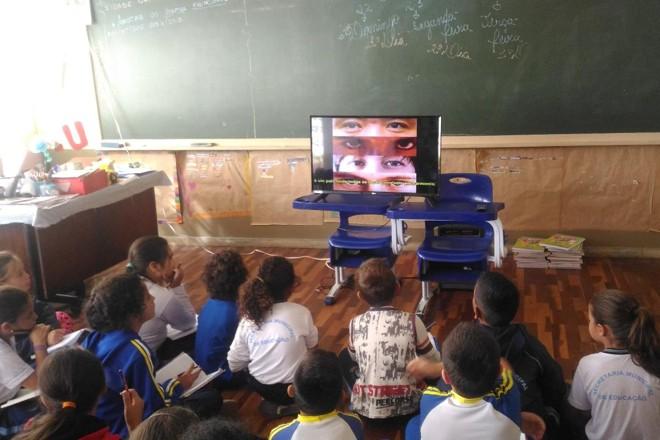 A atividade do professor David aliou o uso de matérias, filmes e pesquisa na internet |