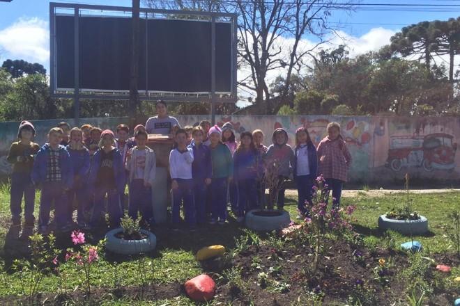 Alunos do 2º ano da EM Ernesto Milani se uniram para criar jardins de plantas e mel |