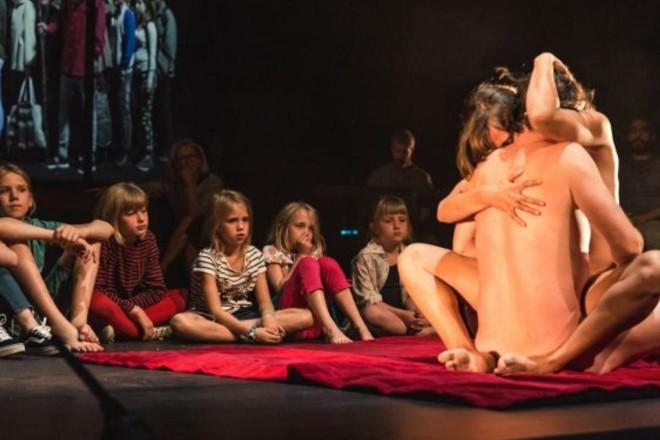 Crianças assistem a simulação erótica durante a performance Lam Gods, em Gent, na Bélgica | Divulgação