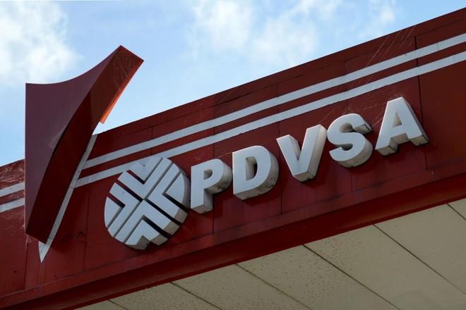 Logo da PDVSA, a petrolífera estatal venezuelana, em posto de combustível em Caracas | FEDERICO PARRA/AFP