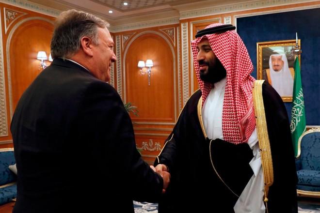 O secretário de Estado dos EUA, Mike Pompeo (E), cumprimenta o príncipe saudita Mohammed bin Salman em Riad, nesta terça (16) | LEAH MILLIS/AFP