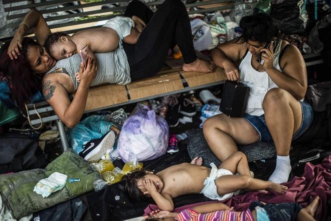 Migrantes hondurenhos que participam de uma caravana em direção aos EUA descansam em um acampamento improvisado durante uma parada em Huixtla,  no México, em 23 de outubro   PEDRO PARDO/AFP