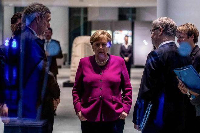 A chanceler alemã Angela Merkel aguarda o presidente da África do Sul, em conferência em Berlim, em 29 de outubro | KAY NIETFELD/AFP