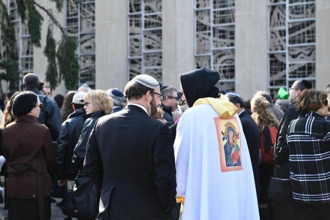 Pessoas se reúnem em frente à congregação Tree of Life, em Pittsburgh (EUA) em 30 de outubro. | BRENDAN SMIALOWSKI/AFP